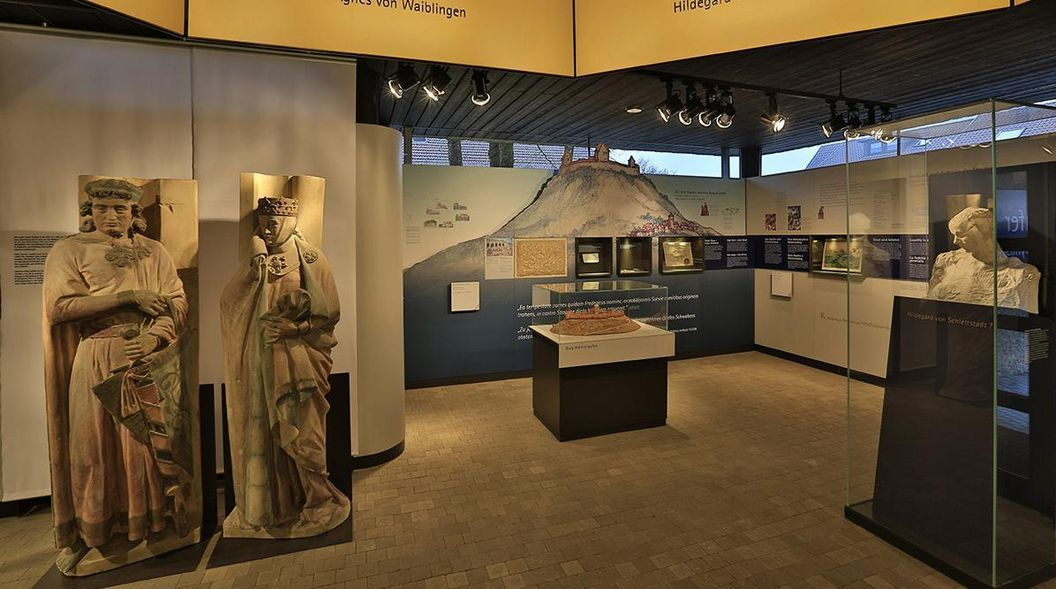 Blick in den Dokumentationsraum für staufische Geschichte am Fuß des Hohenstauffen; Foto: Staatliche Schlösser und Gärten Baden-Württemberg, Markus Schwerer